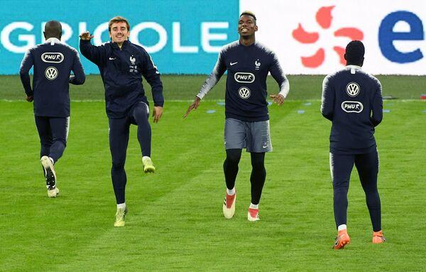 Полузащитники сборной Франции по футболу Антуан Гризманн (слева) и Поль Погба