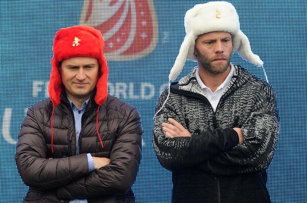 Посол ЧМ-2018 Дмитрий Кириченко (слева) и исландский футболист Эйдур Гудьонсен