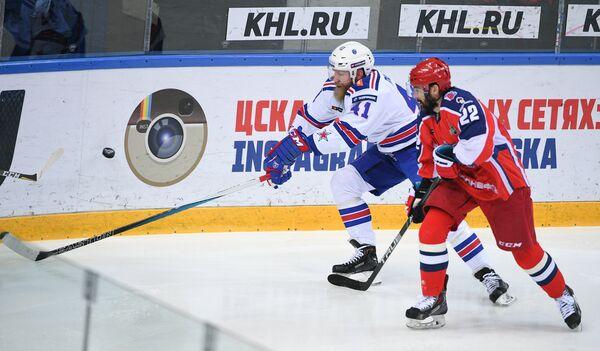 Форварды ЦСКА Александр Попов (справа) и СКА Патрик Торесен