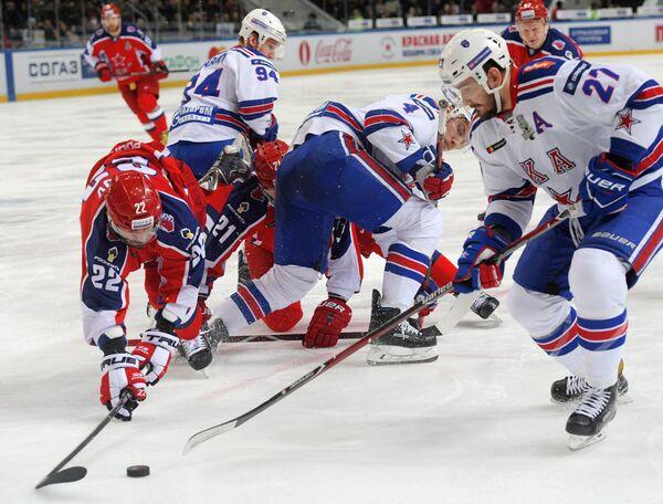 Игровой момент матча 1/2 финала плей-офф между ЦСКА и СКА