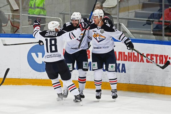 Хоккеисты Металлурга Денис Кокарев, Никита Пивцакин и Мэтт Эллисон (слева направо)