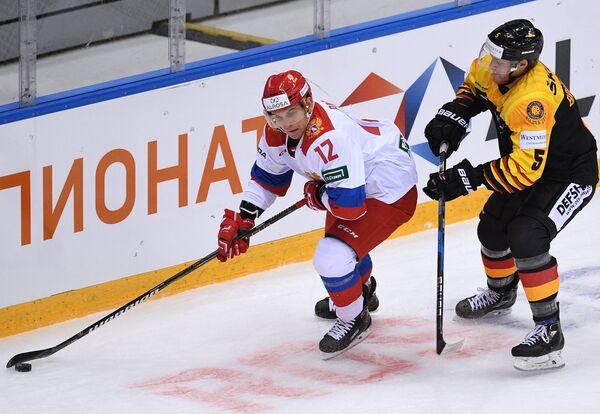 Нападающий олимпийской сборной России Павел Падакин и защитник сборной Германии Бенедикт Брюкнер (слева направо)