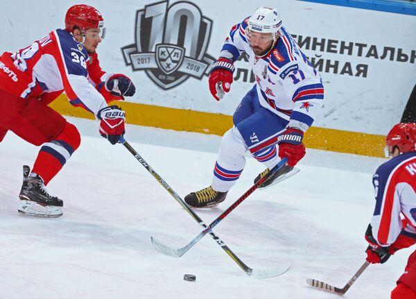 Защитник ЦСКА Михаил Науменков и нападающий ХК СКА Илья Ковальчук (слева направо)