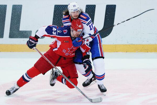 Форвард ЦСКА Валерий Ничушкин (слева) и нападающий СКА Виктор Тихонов