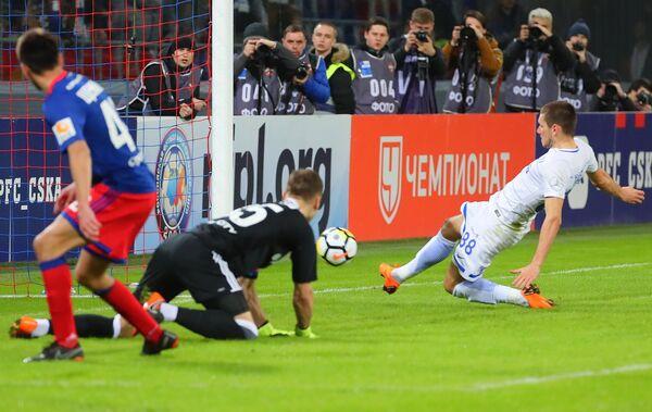 Хавбек Динамо Александр Ташаев (справа) забивает мяч в ворота голкипера ЦСКА Игоря Акинфеева