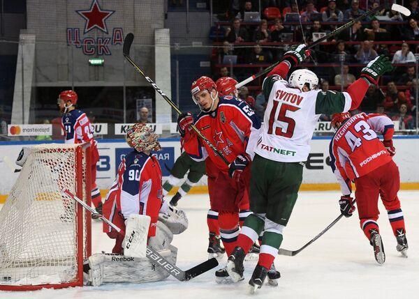 Вратарь ЦСКА Илья Сорокин (слева) пропускает шайбу от хоккеистов Ак Барса