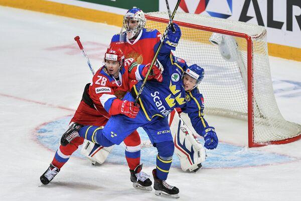 Нападающий сборной России Алексей Бывальцев (слева) и вратарь сборной России Игорь Шестеркин (в центре)