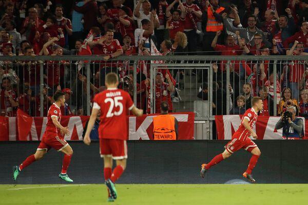 Футболисты Баварии радуются голу