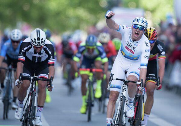 Норвежский велогонщик Александр Кристофф из команды UAE-Team Emirates (справа)