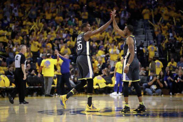 Баскетболисты Голден Стэйт Уорриорз Кевин Дюрэнт (слева) и Андре Игудала