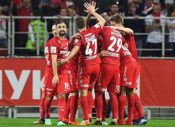 Футболисты Спартака радуются забитому мячу