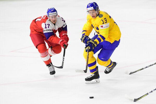 Защитник сборной Чехии Филип Гронек (слева) и форвард сборной Швеции Маттиас Янмарк
