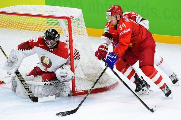 Вратарь сборной Белоруссии Виталий Трус (слева) и нападающий сборной России Александр Барабанов