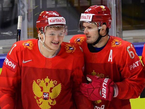 Хоккеисты сборной России Кирилл Капризов (слева) и Евгений Дадонов радуются заброшенной шайбе