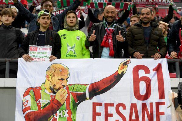Турецкие болельщики держат плакат в поддержку Гёкдениза Карадениза, завершающего карьеру