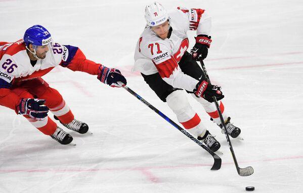 Форвард сборной Швейцарии Энцо Корви (справа)