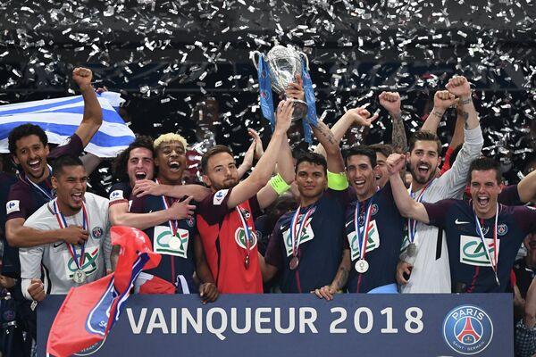 КапитанЛе-Эрбье Себастьен Флошон и капитан ПСЖ Тиаго Силва (в центре слева направо) с трофеем Кубка Франции