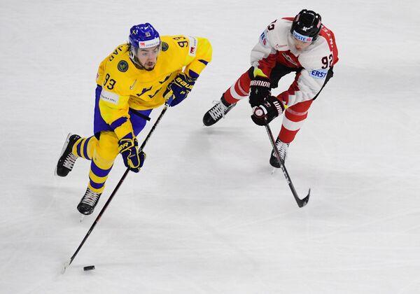Форвард сборной Швеции Мика Зибанеджад (слева) и защитник сборной Австрии Клеменс Унтервегер