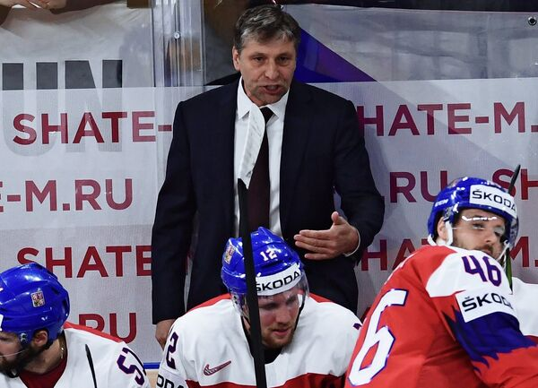 Главный тренер сборной Чехии Йозеф Яндач (в центре)