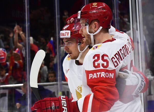 Форвард сборной России Михаил Григоренко (справа)