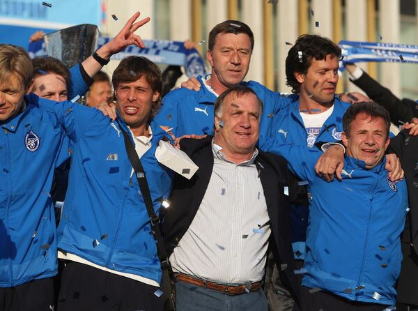 Дик Адвокат (в центре) радуется победе Зенита в Кубке УЕФА в 2008 году