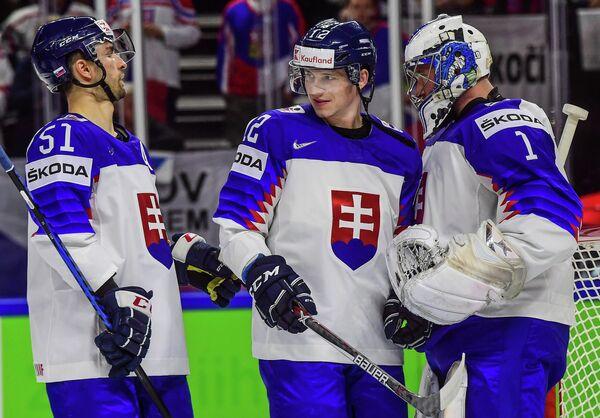 Хоккеисты сборной Словакии Доминик Граняк, Давид Бондра и Марек Чильяк (слева направо)