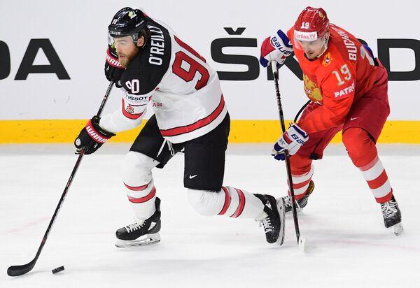 Форвард сборной Канады Райан О'Райлли и нападающий сборной России Павел Бучневич (слева направо)