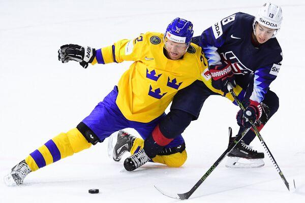 Нападающие сборной Швеции Патрик Хёрнквист (слева) и сборной США Джонни Годро