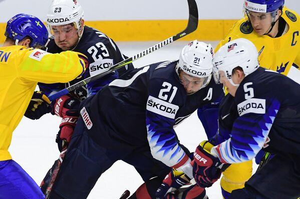 Нападающий сборной Швеции Виктор Арвидссон, хоккеисты сборной США Алек Мартинес, Дилан Ларкин и Коннор Мёрфи (слева направо на первом плане)