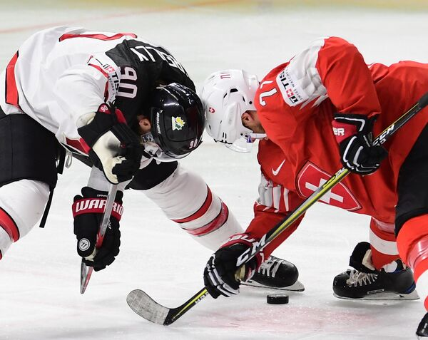 Нападающий сборной Швейцарии Энцо Корви (справа) и сборной Канады Райан О'Райлли
