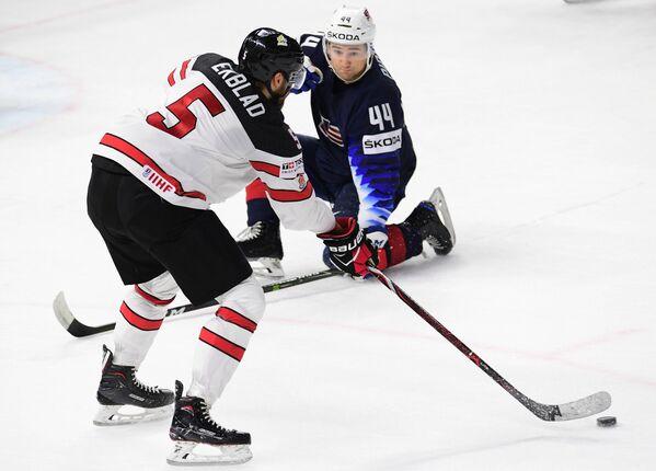 Защитник сборной Канады Аарон Экблад (слева) и защитник сборной США Нил Пионк