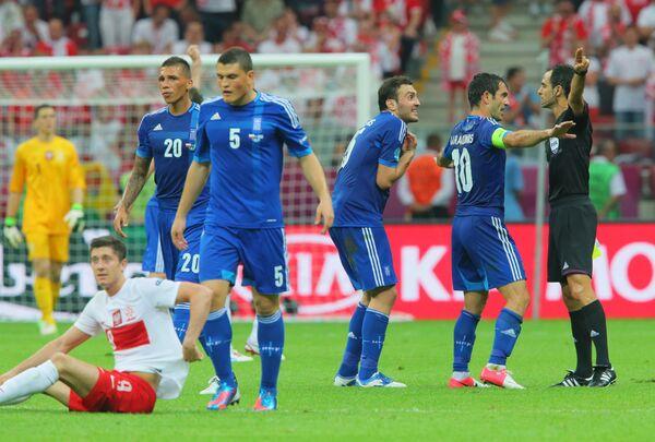 Защитник сборной Греции Кириакос Пападопулос (третий слева)