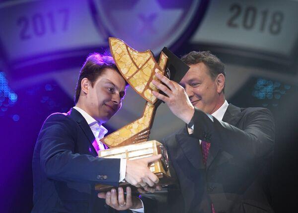 Актер Марат Башаров (справа) вручает игроку ХК СКА Никите Гусеву