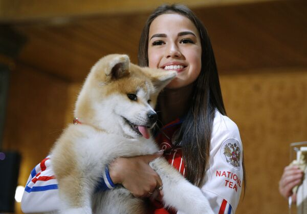 Российская фигуристка Алина Загитова с щенком японской породы акита-ину
