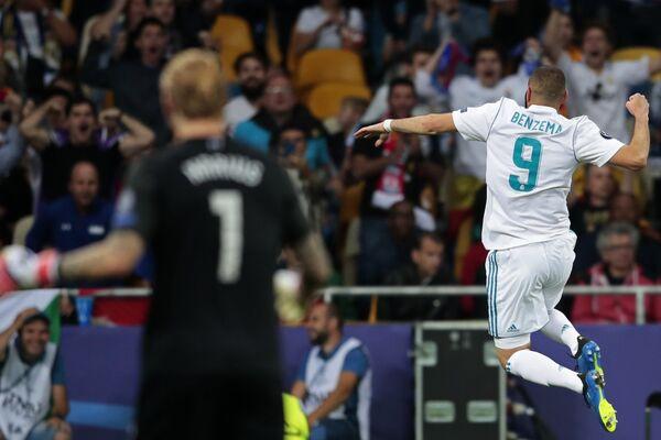 Нападающий Реала Карим Бензема радуется забитому голу