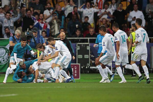 Футболисты Реала радуются забитому голу