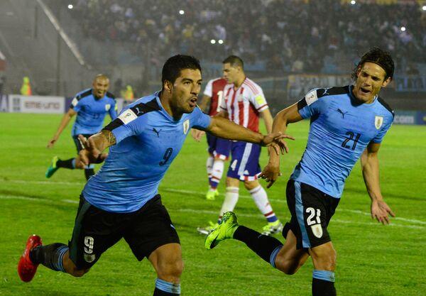 Футболисты сборной Уругвая Луис Суарес и Эдинсон Кавани (справа)