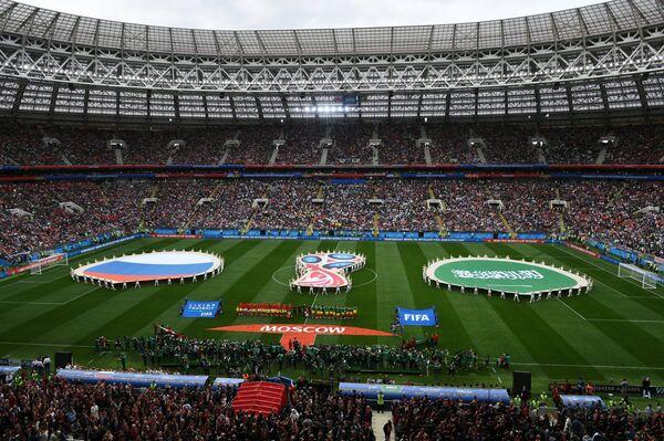 Игроки на поле стадиона Лужники перед началом матча