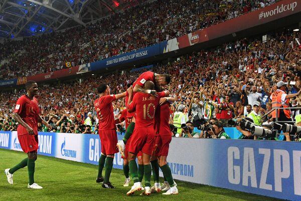 Футболисты сборной Португалии радуются забитому голу