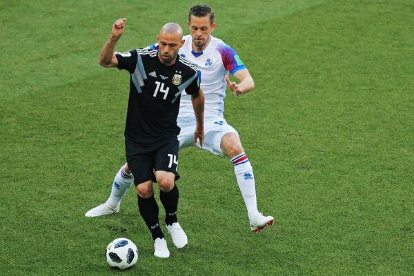 Защитник сборной Аргентины Хавьер Маскерано и полузащитник сборной Исландии Гилфи Сигурдссон
