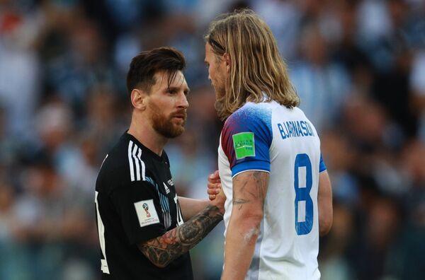 Форвард сборной Аргентины Лионель Месси и хавбек сборной Исландии Биркир Бьярнасон (слева направо)