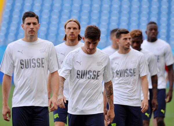 Футболисты сборной Швейцарии Фабиан Шер и Стивен Цубер (слева направо)