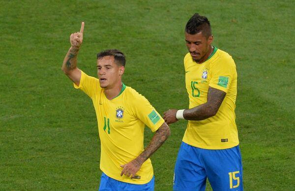 Бразильские футболисты Филиппе Коутиньо и Паулиньо