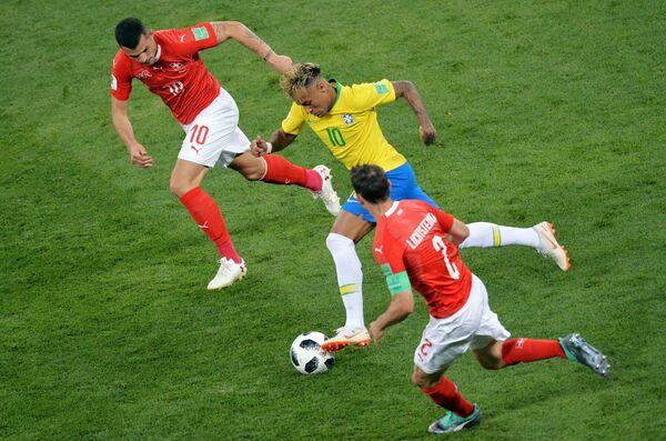 Полузащитник сборной Швейцарии Гранит Джака, бразильский форвард Неймар и защитник швейцарцев Стефан Лихтштайнер (Слева направо)
