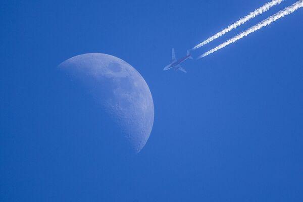 Луна и самолет авиакомпании Россия. Мультиэкспозиция.