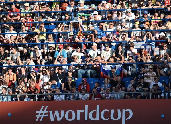 Болельщики наблюдают за ходом игры в матче Уругвай - Саудовская Аравия