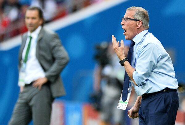 Главный тренер сборной Уругвая по футболу Оскар Табарес (справа)
