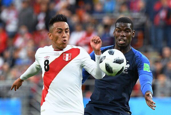 Полузащитник сборной Перу Кристиан Куэва и хавбек сборной Франции Поль Погба (слева направо)