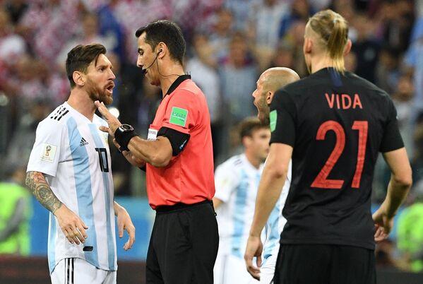 Форвард сборной Аргентины Лионель Месси и главный судья матча Равшан Ирматов (слева направо)