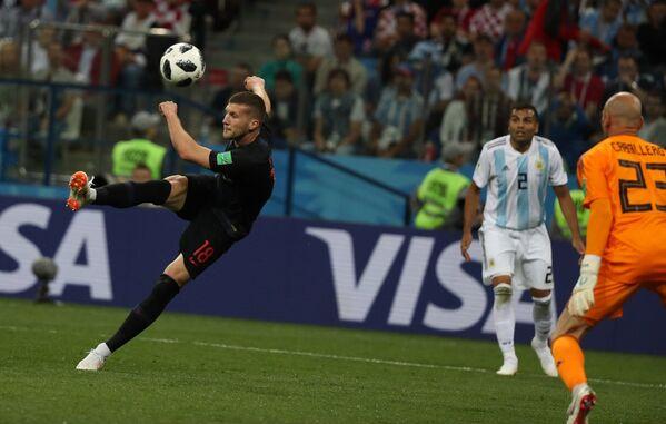 Форвард сборной Хорватии Анте Ребич забивает мяч в ворота голкипера аргентинцев Вилли Кабальеро (слева направо)